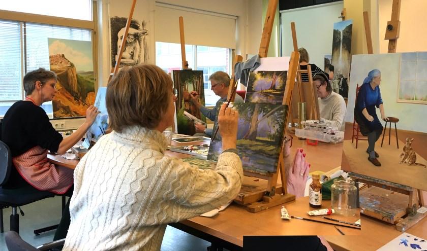 Voorafgaand aan de opleiding, waar men in de traditie van de oude meesters leert schilderen, is er een aantal gratis proeflessen.