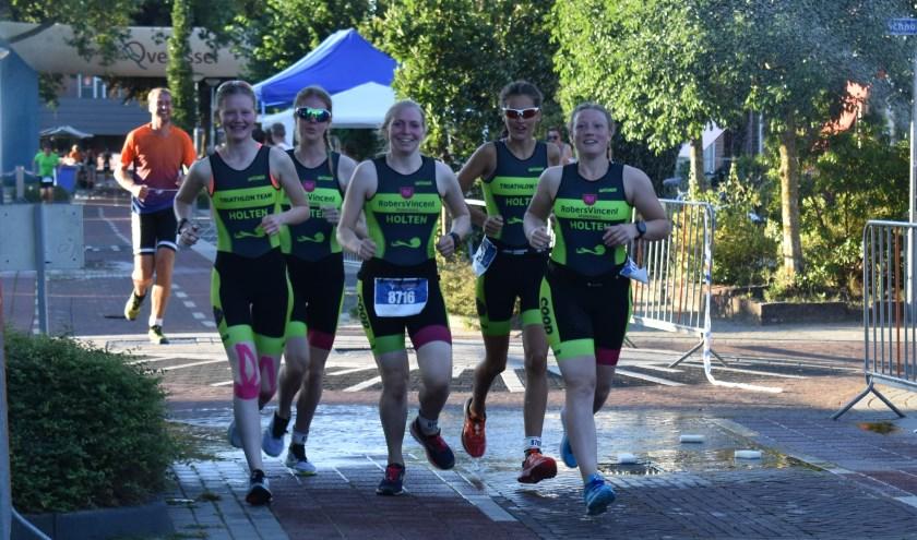 Met behulp van clinics kunnen belangstellenden zich voorbereiden op bijvoorbeeld de triathlon in Holten. (Foto: Van Gaalen Media)