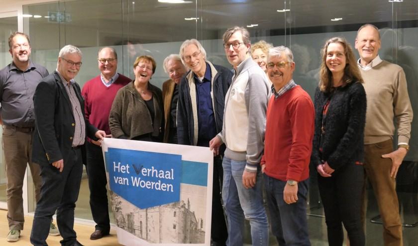 Het schrijfteam en de werkgroep met het nieuwe logo. Foto: Stadsmuseum Woerden
