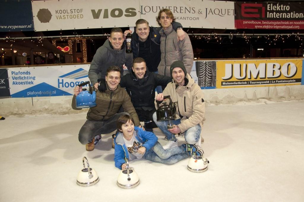 Team 'Holland Plafond' is een jaar lang Fluitketelcurling Kampioen van Woerden. Foto: Sylvia van Halm  © DPG Media