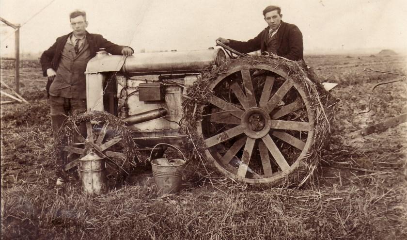 Piet Molendijk (links) en Gerrit Verheij met één van de eerste trekkers in het Hoogvlietse boerenland.
