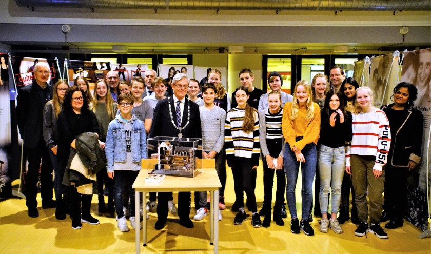 Burgemeester Aptroot tussen de leerlingen en gasten bij de reizende tentoonstelling over Anne Frank. Foto: Robbert Roos