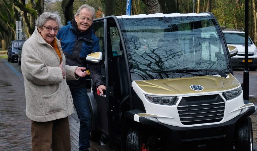 Chauffeur Winfried Willems opent de deur van de Gouden Koets voor mevrouw Stok.