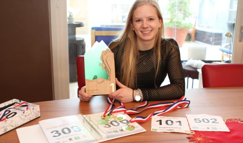 Manon Boereboom met de trofee die ze won op het Nederlands kampioenschap. FOTO: Ad Adriaans.