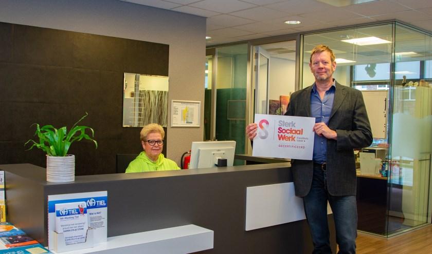 Receptioniste Lettie Kusters en directeur Johan Andrée met certificaat. (foto: Mozaïek)