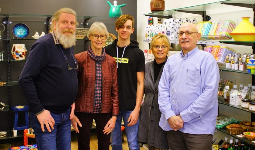 Vrijwilligers René, Jeannette, Quinten, Alie en Rik in de Wereldwinkel in de Dorpsstraat in Zoetermeer. Foto: Robbert Roos