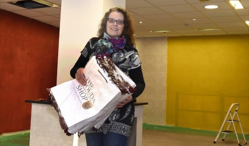 <p>Tessa Halm &nbsp;van The Gouda Shop is druk bezig met de inrichting van de nieuw winke\;. Foto: Marianka Peters</p>