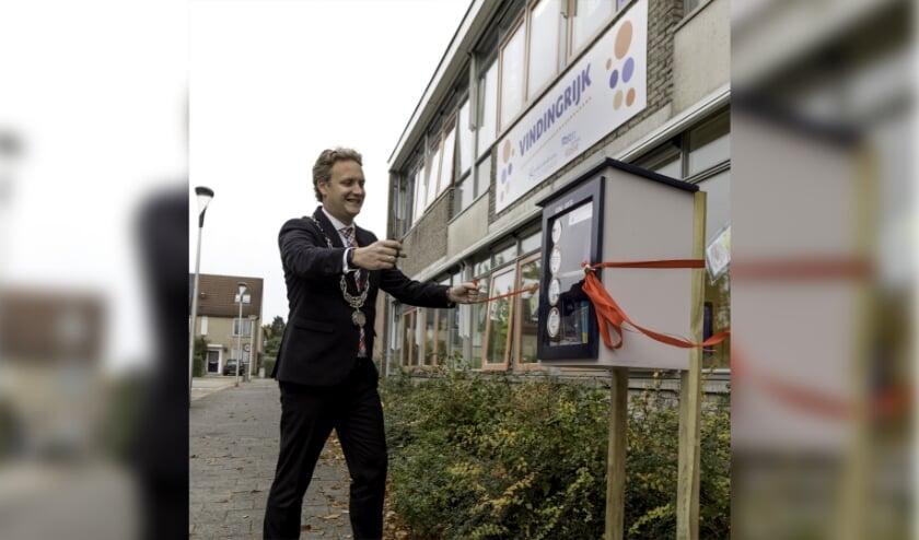 <p>Burgemeester Pieter Verhoeve nam afgelopen woensdag de Minibiebs bij OBS Vindingrijk in de wijk Achterwillens in gebruik. Foto: Jan van den Berg</p>