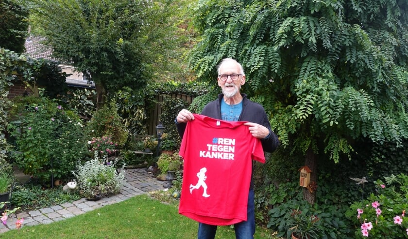 Jan Galema toont met trots een shirt dat hij heeft ontvangen van het Koningin Wilhelmina Fonds.