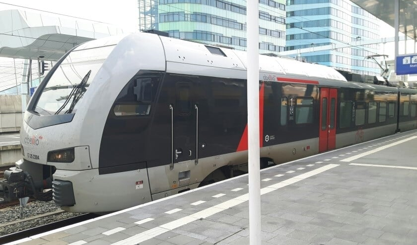 <p>De RE19 van Albellio op het station in Arnhem. Naast Arnhem stopt de RE19 vooralsnog alleen in Zevenaar als Nederlandse stops. (foto: Danny van der Kracht)</p>
