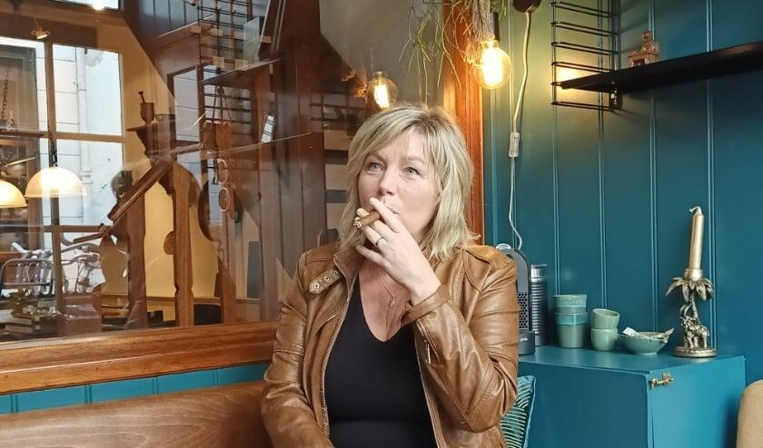 Marjolein van Renssen in de rooklounge