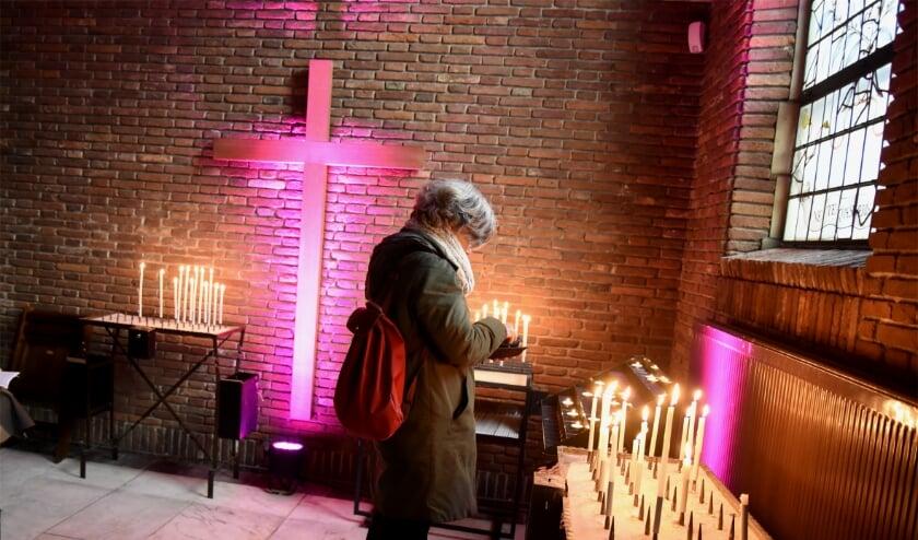 <p>Een kaarsje branden in de Sint Jan. Foto: Marianka Peters</p>