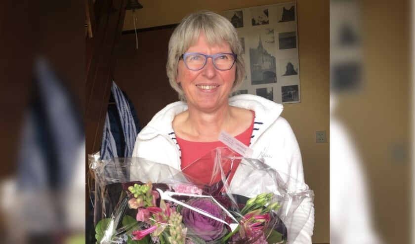 Jorien Visser krijgt een fijn welkom met bloemen van GroenLinks