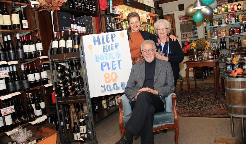 <p>Piet en Diny Wacki samen met dochter Masha in de wijnhandel/slijterij aan de Ploenstraat in Duiven.</p>