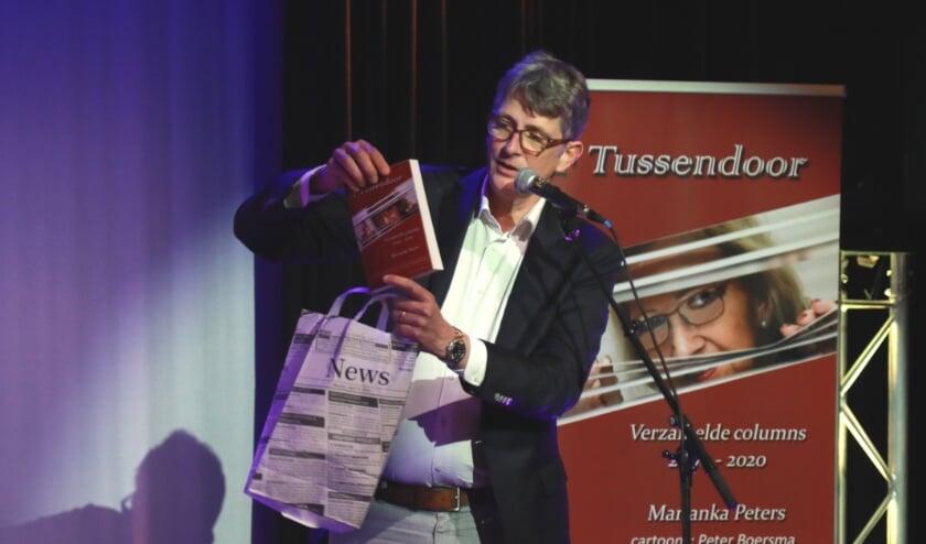 <p>Oud stadsdichter Pieter Stroop van Renen presenteerde de bundel columns FF Tussendoor, vergezeld met het gedicht &#39;de krant is een mevrouw&#39;. Foto&#39;s Jan van den Berg.</p>