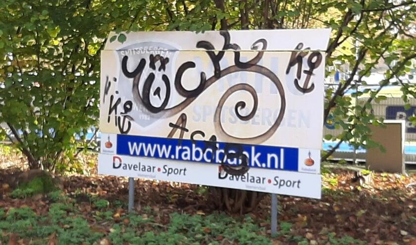 <p>Voorbeeld van zeer onwenselijke graffiti aan de Groeneveldselaan: het bord van de hockeyclub is wit gespoten en daaroverheen is een tag gezet. (Foto: Martin Brink/DPG Media)</p>