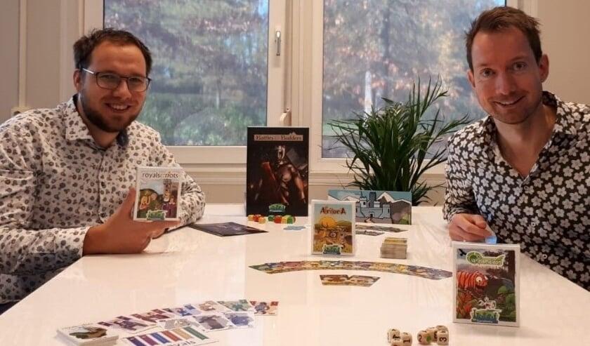 <p>Niek van den Brink (l) met compagnon Matthijs Vertegaal. Ze tonen de nieuwe spellen, op voorraad bij boekhandel Van Kooten in &nbsp;Veenendaal. (Foto: PR)</p>