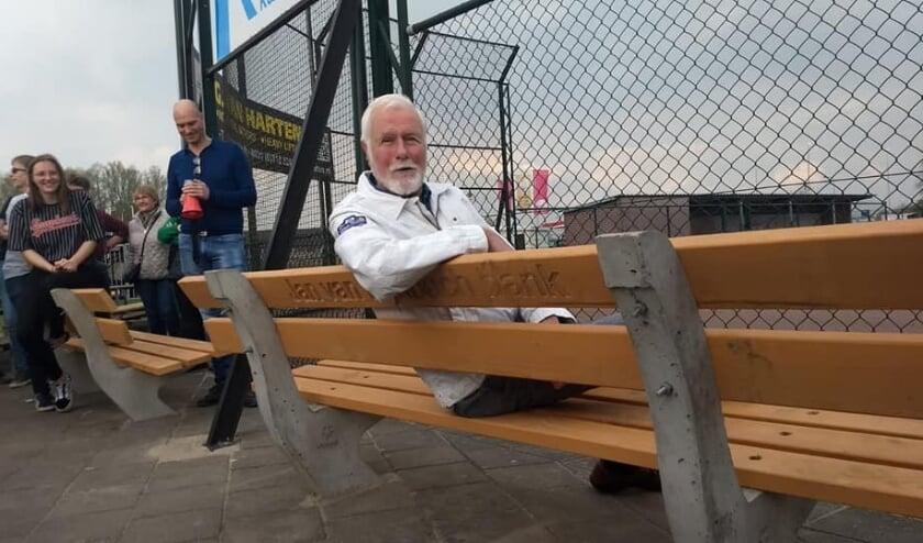 <p>Oprichter van de Blue Socks, Jan van Rijnbach, heeft zijn eigen bank langs de lijn. (Foto: Blue Socks)</p>