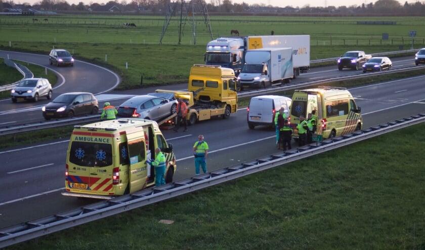 Twee ambulances, veel politie en een berger die het voertuig met veel schade meeneemt.