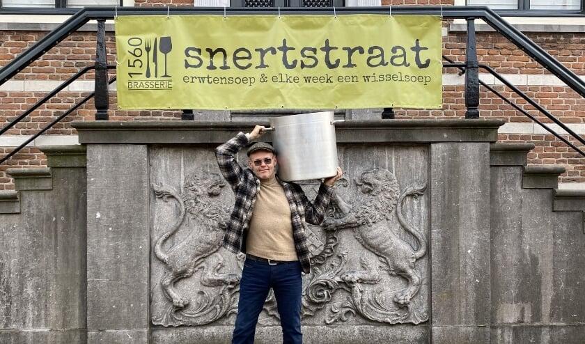 <p>Jan de Graauw, eigenaar van Brasserie 1560, onder het historische stadhuis, krijgt de pannen met erwtensoep - en voor de weeksoep - voor zijn Snertstraat niet aangesleept. (Ingezonden foto)</p>