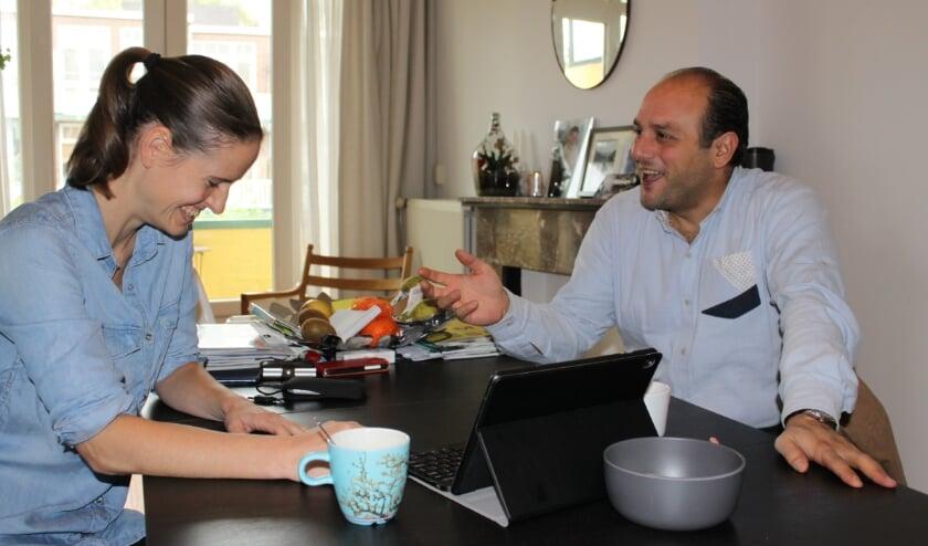 <p>Elleke en Wael praten samen aan haar keukentafel.&nbsp;</p>
