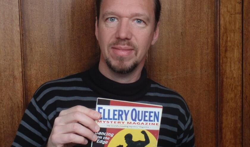 <p>Schrijver Anne van Doorn met Ellery Queen Mystery Magazine, met daarin zijn verhaal 'The poet who locked himself in'</p>