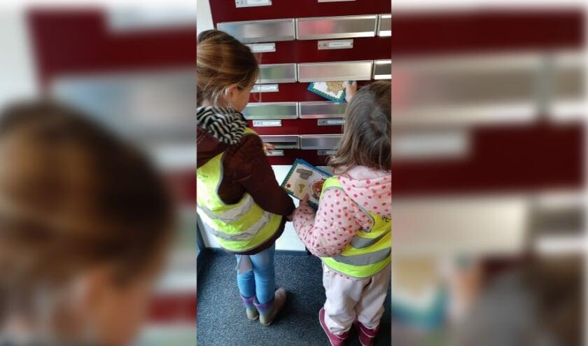 <p>De kinderen stoppen de kerstkaart in de bus. (Foto: Kind & Co)</p>