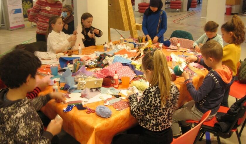 <p>De kids druk aan het werk. (Foto: Pieter Vane)</p>