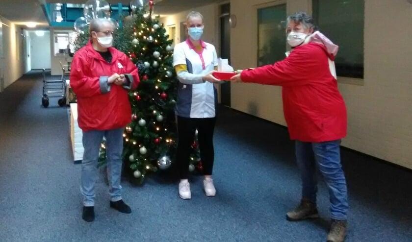 SP-Vrijwilligers overhandigen lekkers aan zorgverleners.