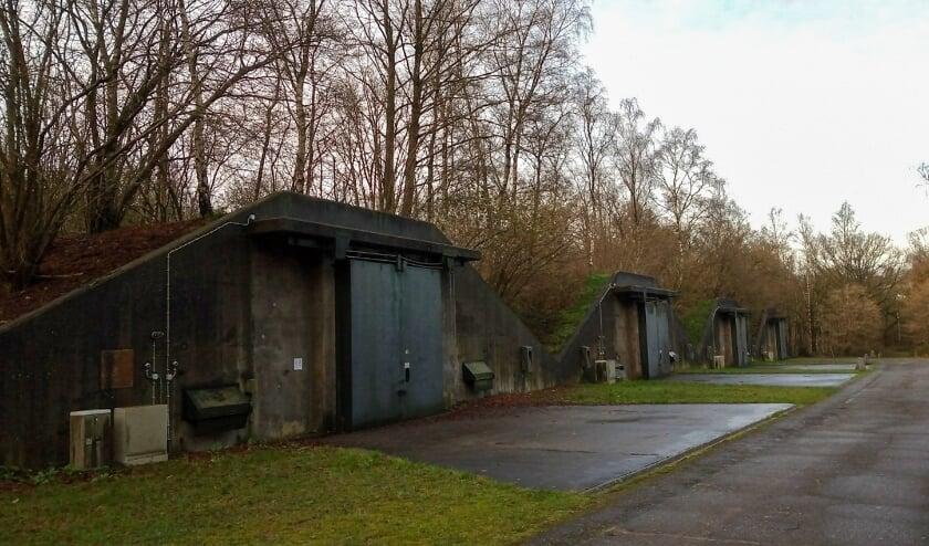<p>De wandelroute komt langs grote stenen bunkers die gebruikt werden om springstof op te slaan.&nbsp;</p>