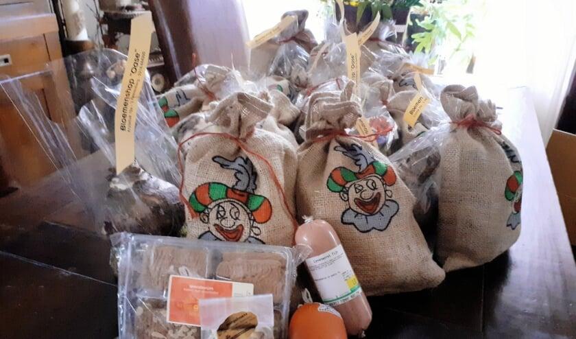 <p>De goedgevulde sinterklaaszakken die in Zeddam door de Zonnebloem zijn uitgedeeld.</p>