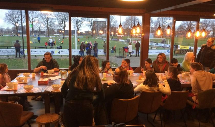 Gezellig samen eten bij de eerste KinderResto bij De Tubanters. (Foto: Inge Meester)