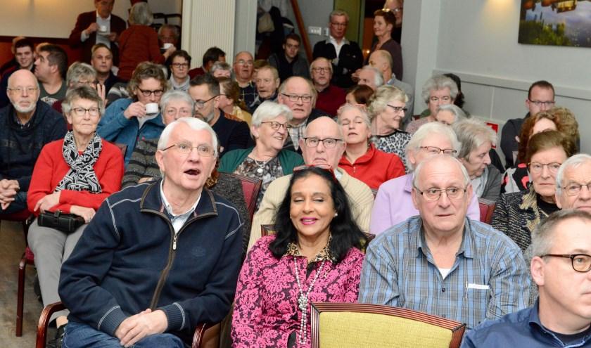 Er waren zoveel belangstellenden voor te horen hoe de razzia is verlopen dat er veel bezoekers genoegen moesten nemen met een staanplaats. Dat hadden ze er graag voor over.