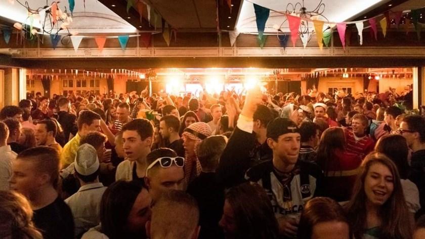 De Brabantse coverband SLAMM zorgt voor volle zalen tijdens de carnavalsfeesten in zaal Gieling.
