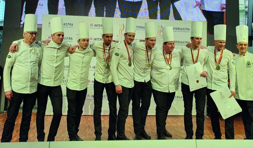 Tom Lamers (derde van rechts) samen met zijn collega's op het podium na het behalen van hun ereprijzen.
