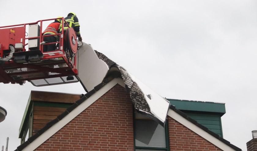 De storm gaf de brandweer zoals op de dak aan de Kamille