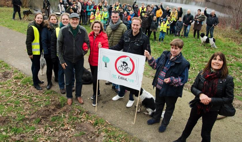 """De petitie tegen de komst van een wielerbaan is ruim 1300 keer ondertekend. ,,Hopelijk komen de politici zelf eens kijken."""" (foto Gert Perdon)"""
