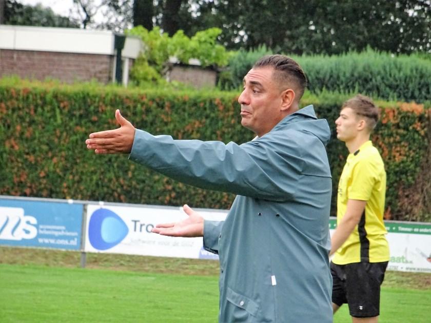 Moslin Adnane is ook volgend seizoen de trainer van het eerste zaterdagteam van WAVV.