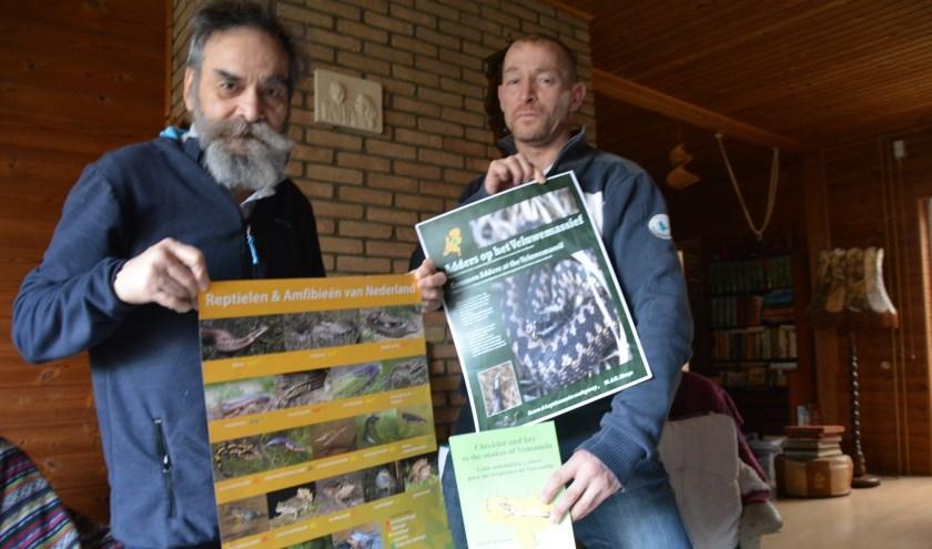 Marc Abuys en zijn oom Richard tonen info over adders en amfibieën. (Foto Dick van der Veen)