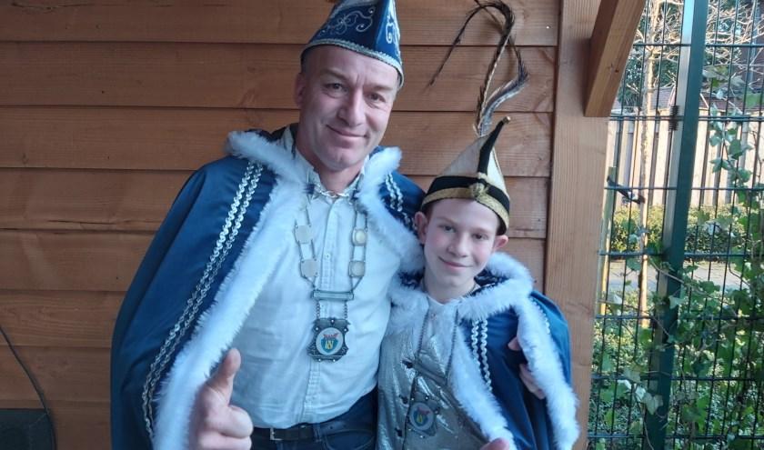 Prins Henry dun Urste en jeugdprins Bram dun Urste in hun feestelijke outfit. Wat vader en zoon betreft mag carnaval in Lorredurp beginnen!