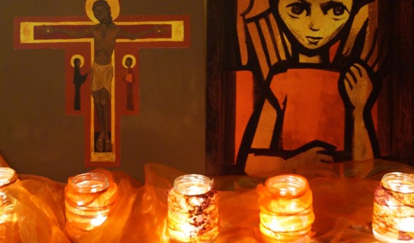 Iconen en kaarsjes die zo kenmerkend zijn voor een Taizéviering. Bij elke viering in Nijverdal zullen ze de kerk sieren en de echte Taizésfeer oproepen.