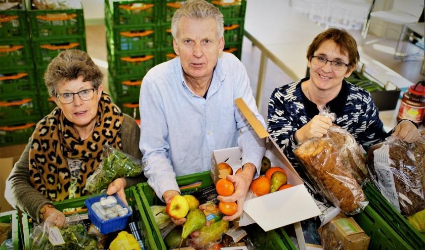 Ruud Mons vult de kratten met vrijwilligers Riet van der Ham (l) en Linda Reeuwijk. Foto; Robbert Roos