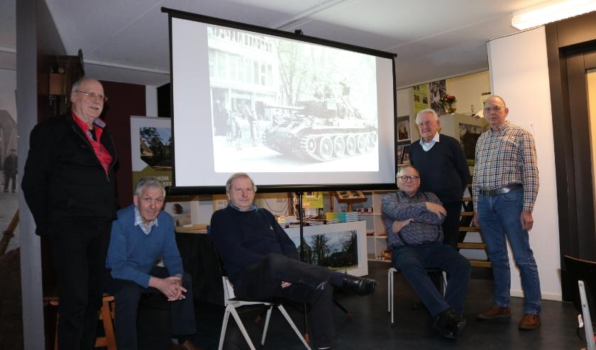 De werkgroep Beeldpresentaties van het Rijssens Museum met van links naar rechts Johan Koster, Gerrit ten Wolthuis, Jan van de Maat, André van den Houten, Gerhard Baan en Johan Kettelarij. (Foto: Jan Joost)