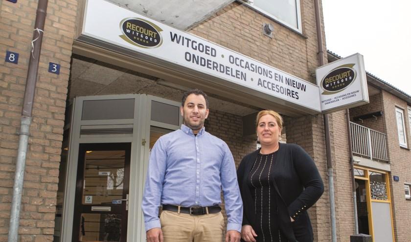 """Amin Maakor en zijn vrouw Recourt (naar wie de zaak is vernoemd) voor de winkel in Zevenaar: """"Binnen 48 uur zorgen we voor een oplossing."""""""
