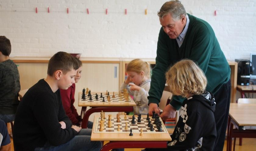 De kinderen van de plusklas in Beesd krijgen een schaakclinic