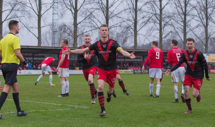 Aanvoerder Nick Kamerling viert de 2-1 met Justin Beemsterboer (links) en Sven van der Net (rechts). (Foto: Guillaume Kortekaas)