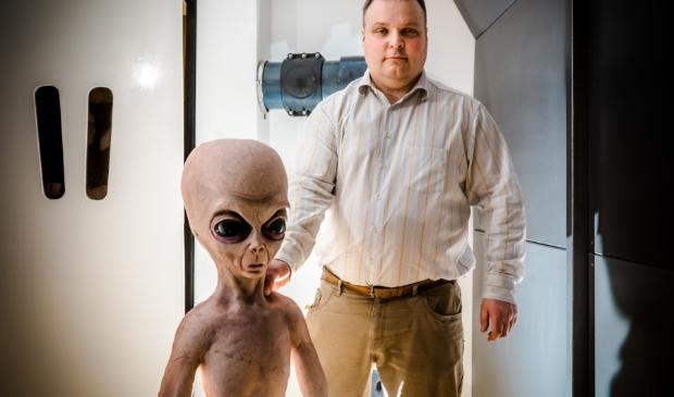 De eigenaar, Maurits Winters met een alien in de kamer Foto: Wilma Hoogendoorn © DPG Media