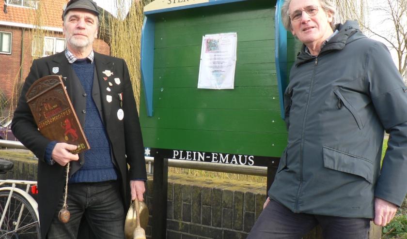 Voor Peter de Jong(links) en Loek Snijders zijn de nieuwe praaiplaatsborden het begin van nieuwe ontmoetingen in de wijk. Foto: Peter Spek
