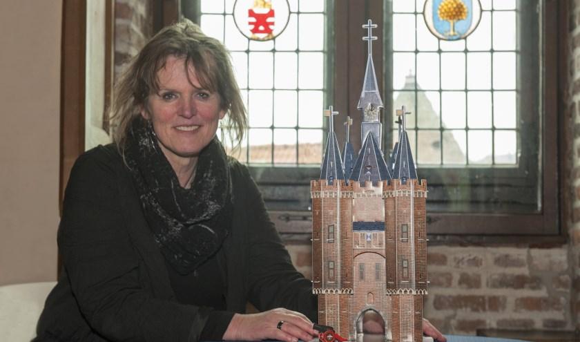Corry Gillissen met de 3D-puzzel van de Sassenpoort. De echte poort is vanaf 1 maart vier dagen per week open.  (foto: Eva Posthuma)