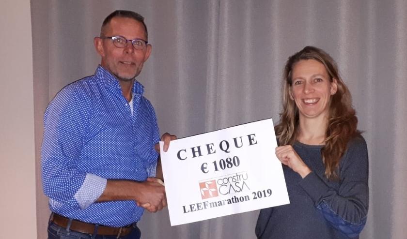 Gert Drost reikt namens de organisatie LEEF-marathon de cheque uit.